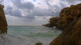 Vue des vagues, des roches et des nuages banque de vidéos