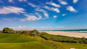 Vue des verts de terrain de golf de péninsule photo libre de droits