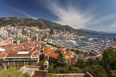 Vue des yachts et des appartements de luxe dans le port du Monaco, Cote d Image stock