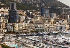Vue des yachts et des appartements de luxe dans le port du Monaco, Cote d Photos stock