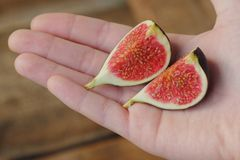Vue disponible de figues pourpres fraîches délicieuses Images libres de droits