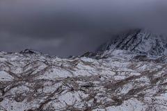 Vue dramatique au-dessus de glacier sombre de Ngozumpa dedans photographie stock libre de droits