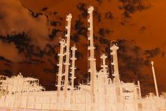 Vue dramatique de l'usine chimique énorme photographie stock