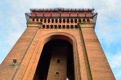 Vue dramatique de la tour d'eau victorienne recherchant Images stock