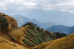 Vue dramatique de la vallée en Himalaya par temps obscurci Photos libres de droits