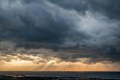 Vue dramatique de lumière du soleil par les nuages au-dessus du voir images libres de droits