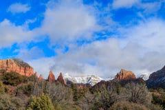 Vue dramatique des formations du grès rouge de Sedona et de la haute forêt de désert Images stock