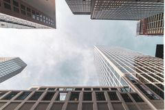 Vue dramatique jusqu'aux gratte-ciel et au ciel dans la ville de Francfort photos stock