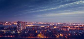 Vue dramatique mystérieuse de paysage urbain de nuit de ville de Voronezh après coucher du soleil maisons Images libres de droits