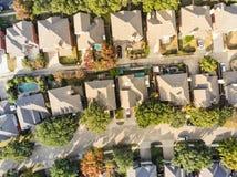 Vue droite aérienne de bourdon de bas de zone résidentielle en Ne d'automne images libres de droits