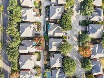Vue droite aérienne de bourdon de bas de zone résidentielle en Ne d'automne image libre de droits