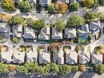 Vue droite aérienne de bourdon de bas de zone résidentielle en Ne d'automne photos libres de droits