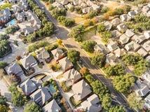 Vue droite aérienne de bourdon de bas de zone résidentielle en Ne d'automne photo stock