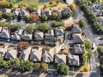 Vue droite aérienne de bourdon de bas de zone résidentielle en Ne d'automne photographie stock