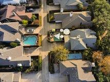 Vue droite aérienne de bourdon de bas de zone résidentielle en Ne d'automne photographie stock libre de droits