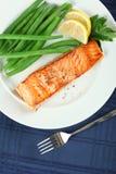 Vue droite de filet saumoné grillé images stock