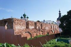 Vue du bâtiment détruit dans la ville de Rostov Veliky dans la région de Yaroslavl image libre de droits