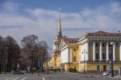 Vue du bâtiment d'Amirauté dans le St Petersbourg du palais et du x28 ; Dvor Image libre de droits