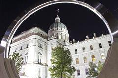 Vue du bâtiment de capitol de maison d'état de l'Indiana par un circu Photos stock