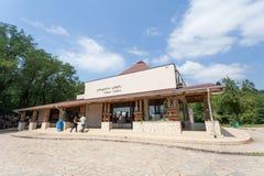 Vue du bâtiment de centre de visiteur, caverne de Kumistavi Image stock