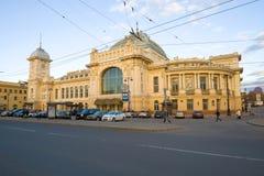 Vue du bâtiment de la gare ferroviaire de Vitebsk le soir de mai, St Petersburg Photo stock