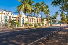 Vue du bâtiment indien, Puttaparthi, Andhra Pradesh, Inde Copiez l'espace pour le texte image libre de droits