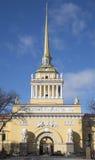 Vue du bâtiment principal de la journée de printemps ensoleillée d'Amirauté St Petersburg Images stock