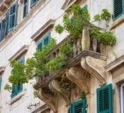 Vue du balcon décoré des plantes vertes d'un vieux bâtiment de cru dans Kotor, Monténégro photos libres de droits