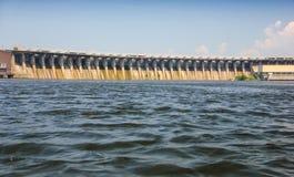 Vue du barrage de la rivière de Dnieper contre le ciel bleu Images libres de droits