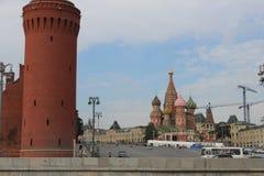 Vue du bateau à la tour de Beklemishevskaya de Moscou Kremlin et de la cathédrale de St Basil photographie stock libre de droits