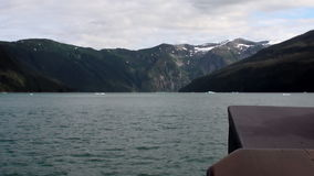 Vue du bateau pour des montagnes sur le fond de l'eau calme dans l'océan pacifique clips vidéos