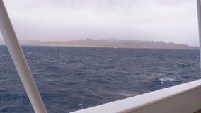 Vue du bateau sur les vagues et de la côte de l'Egypte par temps orageux clips vidéos