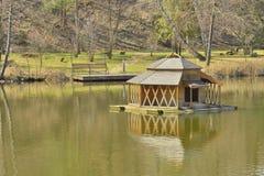 Vue du beau lac en parc de paysage images libres de droits