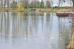 Vue du beau lac en parc de paysage photos stock
