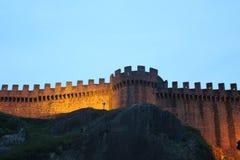 Vue du bellinzona& x27 ; château de s par nuit Image stock