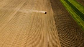 Vue du blé, des gisements de graine de colza et des colis agricoles Photographie stock