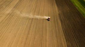 Vue du blé, des gisements de graine de colza et des colis agricoles Images stock