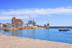 Vue du bord de mer à la vieilles ville et marina Castro-Urdiales l'espagne Photo stock
