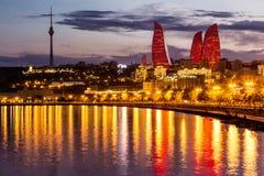 Vue du bord de mer et de la ville la nuit, à Bakou, Azerbaija Photographie stock