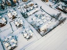 Vue du bourdon sur les toits d'un petit village en hiver Photos stock