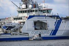 Vue du côté droit dans la pièce à mi-niveau du bateau finlandais TURVA de la garde côtière photos libres de droits