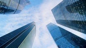 Vue du côté incliné de plusieurs gratte-ciel dans la perspective du ciel bleu Tir épique rouge d'appareil-photo de cinéma banque de vidéos