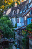 Vue du canal au centre de Colmar Photo stock