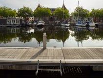 Vue du canal avec des bateaux et de beaux bâtiments de Vlaardingen image libre de droits