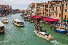 Vue du canal grand de la passerelle de Rialto Photographie stock libre de droits
