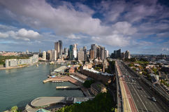 Vue du centre d'affaires de Sydney avec le pont de port a Photographie stock