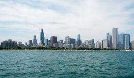 Vue du centre d'horizon de Chicago d'un bateau image libre de droits