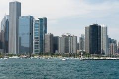 Vue du centre d'horizon de Chicago d'un bateau images libres de droits