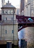 Vue du centre de la rivière Chicago des ponts pendant le coucher du soleil Photographie stock