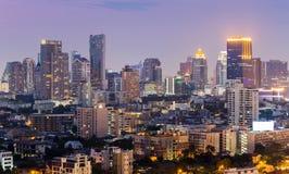 Vue du centre de nuit de ville pendant le crépuscule Images stock